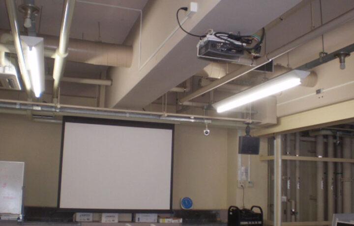 富山市 富山大学杉谷キャンパス(官公庁)プロジェクター天吊設置工事